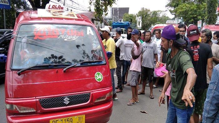 Jalan Ditutup Pedagang Pasar Mardika, Sopir Angkot Serbu Kantor DPRD Kota Ambon