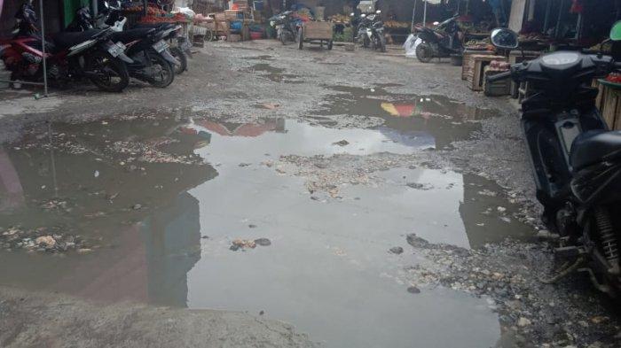 Jalan di Pasar Tradisional Mardika, Kota Ambon, rusak parah.