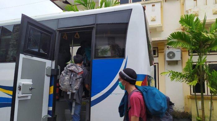 Pulang ke Bekasi, Pasien Sembuh Corona di Ambon & 14 Rekannya Dikawal Ketat TNI-Polri