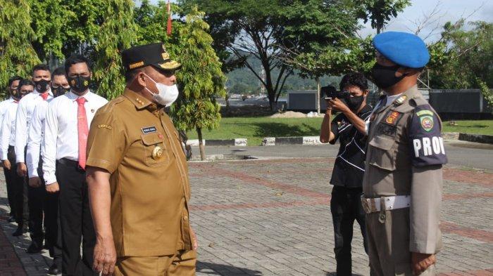 Gubernur Maluku Murad Ismail melakukan pemeriksaan pasukan saat apel gelar pasukan Pengamanan Operasi Lilin Siwalima di Lapangan Tahapary Polda Maluku, Tantui Kota Ambon, Senin (21/12/2020).
