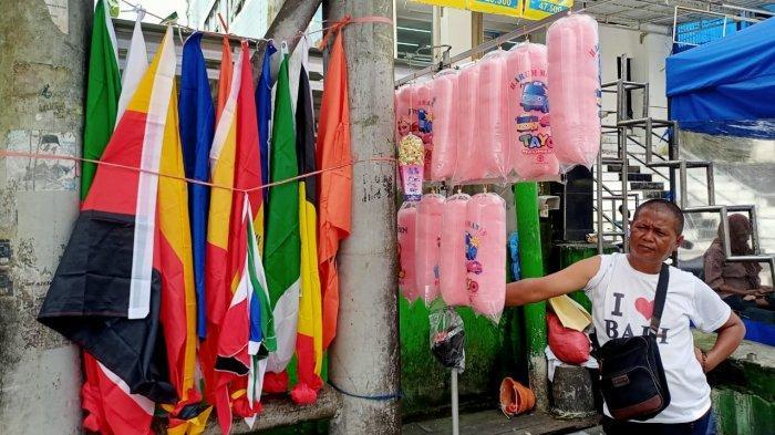 Penjual Permen Kapas di Ambon Jajakan Pernak-pernik Euro 2020, Tiang JPO Jadi Lapaknya