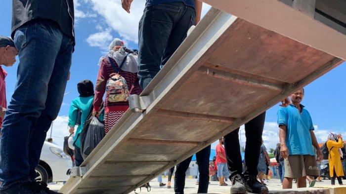 PELABUHAN AMAHAI - Penumpang kapal ferry cepat di Pelabuhan Amahai, Maluku Tengah, Februari 2021