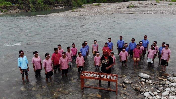 Siswa di Pedalaman Maluku Persembahkan Mini Konser Etnik untuk HUT Indonesia
