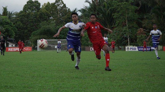 Pemain Maluku FC dan Bupolo FC saling berebut bola