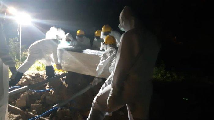 Proses pemakaman Almarhumah T di TPU Hunuth, Jumat (26/3/2021) malam.