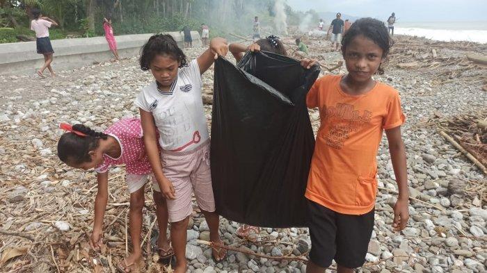 Dalam Waktu 2 Jam, Warga Telutih Bersihkan Sampah di Pantai Sepanjang 10 Kilometer