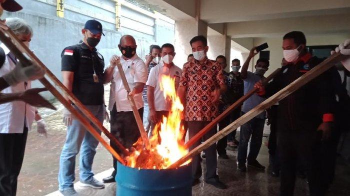 Pemusnahan barang bukti narkoba dilakukan dengan cara dibakar dan dileburkan di halaman kantor BNN Maluku, Kawasan Karang Panjang, Ambon Rabu (4/8/2021) pagi.