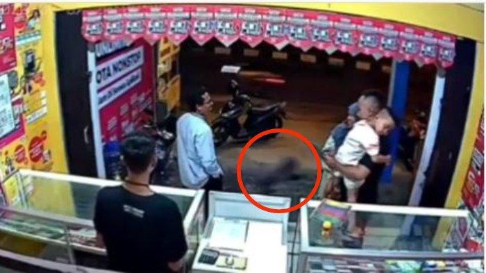 VIRAL Penampakan Tuyul di Depan Counter HP Terekam CCTV, Ternyata Hoaks