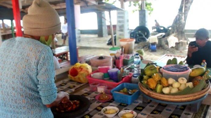 Pendapatan Penjual Rujak di Pantai Natsepa Turun 50 Persen