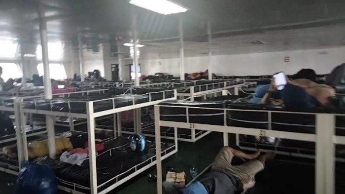 Penumpang di dalam kapal ferry menuji Masohi, Maluku Tengah, Senin (22/2/2021).
