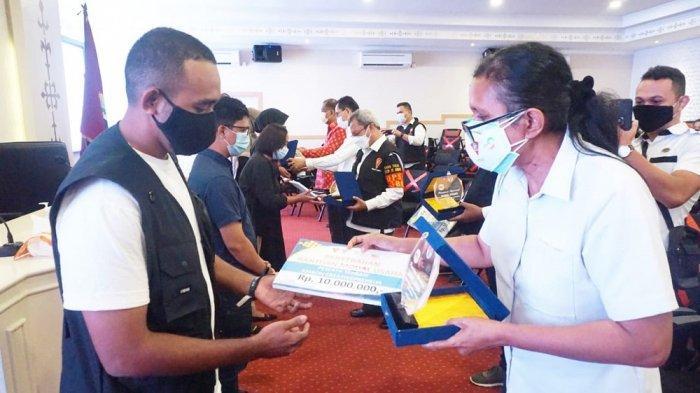 Penyerahan hadiah modal usaha bagi Lima Enterpreneur Muda Kota Ambon yang mendapatkan nilai tertinggi dalam ajang Ambon Creativepreneur.