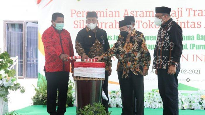 Sekjen Kemenag RI, Nizar Ali bersama Gubernur Maluku, Murad Ismail dan Kakanwil Kemenag Maluku, Jamaludin Bugis meresmikan Gedung Wisma Muzdhalifah, Asrama Haji Transit Kota Ambon, Minggu (7/2/2021).