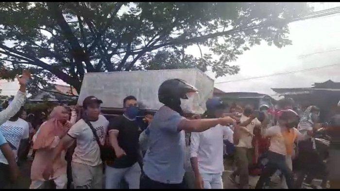 Geger Massa di Ambon Hadang Ambulans Lalu Ambil Paksa Jenazah Covid-19