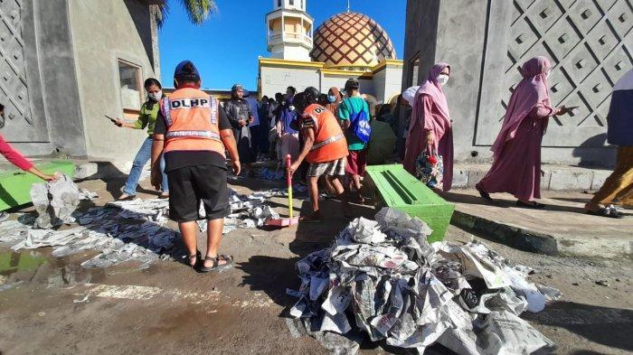 Sigap Pasukan Kuning, Sikat Sampah Usai Sholat Ied di Masjid Al Fatah Ambon