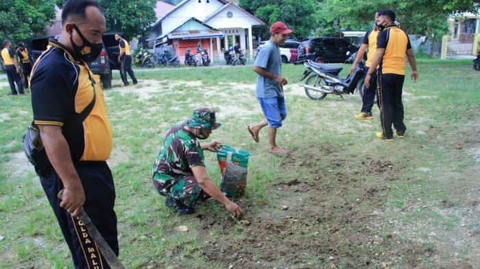 Jelang Ramadhan, Aparat Gabungan Bersihkan Seluruh Mesjid di Maluku Tengah