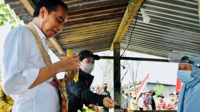Viral, Jokowi Jajan Jagung Rebus di Pinggir Jalan Kabupaten Sorong - Papua
