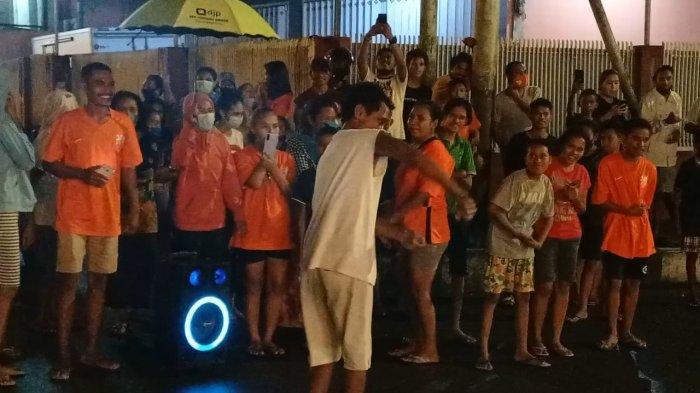 seorang pria berjoget merayakan kemenangan tim sepak bola Belanda di sekitaran Tugu Trikora, Jalan Diponegoro, Sirimau, Ambon, Selasa 922/6/20210..