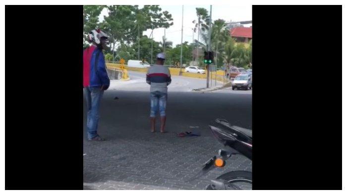 Viral Pengendara Motor Menjaga Pria ODGJ yang Menunaikan Shalat di Tengah Jalan