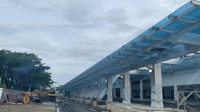 PROGRES BANDARA AMBON - Kendaraan alat berat masih parkir di halaman gedung utama Terminal Bandara Internasional Pattimura Ambon, Minggu (6/12/2020).