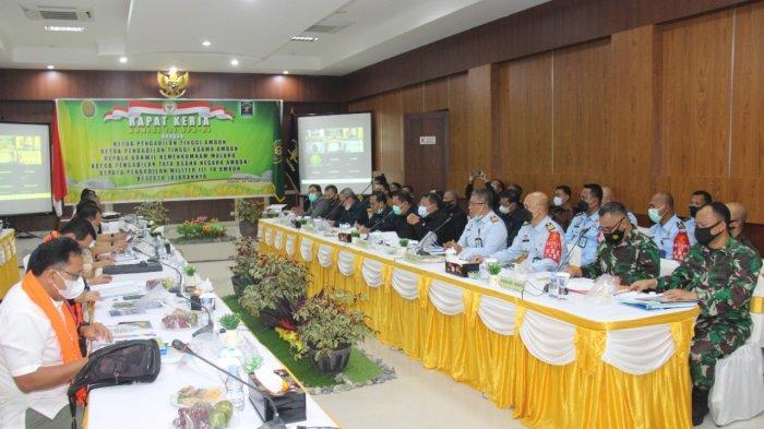 Maluku, Andi Nurka mengikuti rapat dalam rangka Kunjungan Kerja Komisi III Dewan Perwakilan Rakyat (DPR) Republik Indonesia (R.I) bertempat di Pengadilan Tinggi Ambon, Jumat (8/10/21).