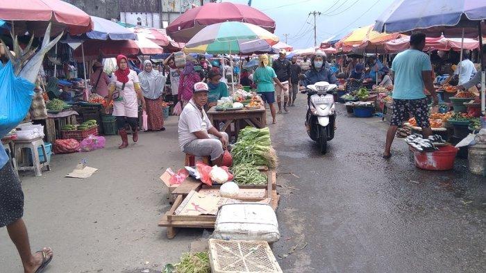 Ratusan pedagang menggelar dagangan di badan jalan, kawasan Pasar Mardika Ambon