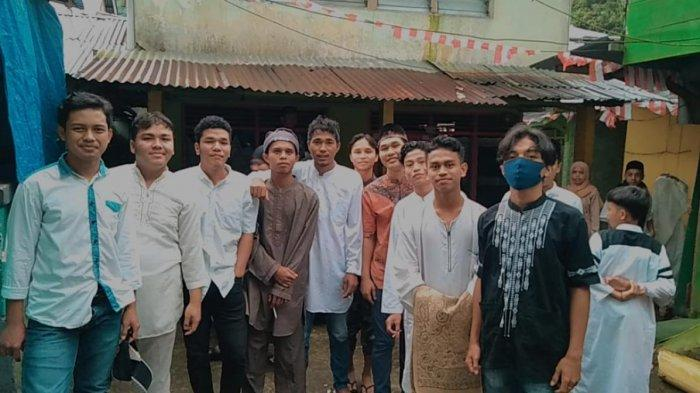 Remas Nurul Iman Kepala Air Batu Merah Keliling Kampung Bangunkan Warga Sahur