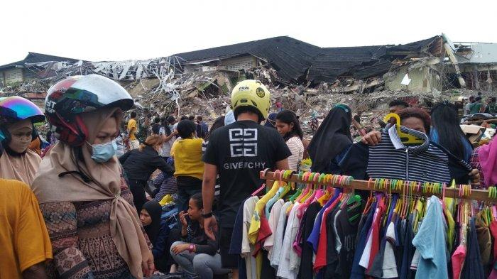 Tak Ada Lapak, Pedagang Jualan di Dekat Puing Reruntuhan Gedung Putih, Pasar Mardika