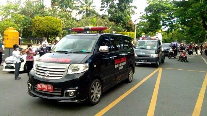 Rombongan Mobil jenazah diberikan penghormatan terakhir dari seluruh ASN Pemkot Ambon