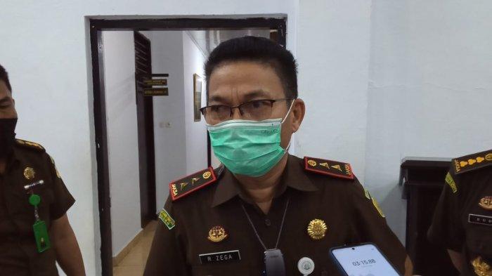 Kepala Kejati Maluku, Rorogo Zega saat di wawancarai wartawan di Aula Kejati Maluku, Senin (28/6/2021) malam.