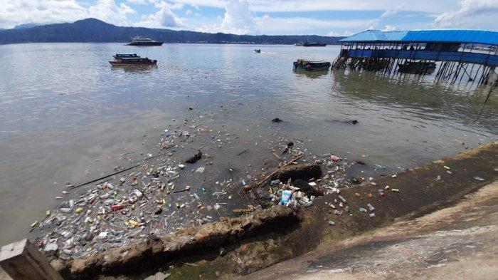 Kurang dari Satu Jam Hujan di Kota Ambon, Pantai Mardika Dipenuhi Sampah