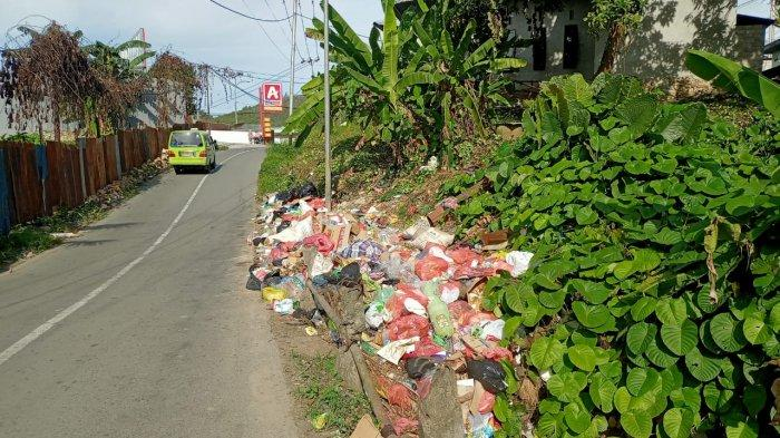 Bibir Jalan Menuju Kampus IAIN Ambon Dipenuhi Sampah Sepanjang Hari