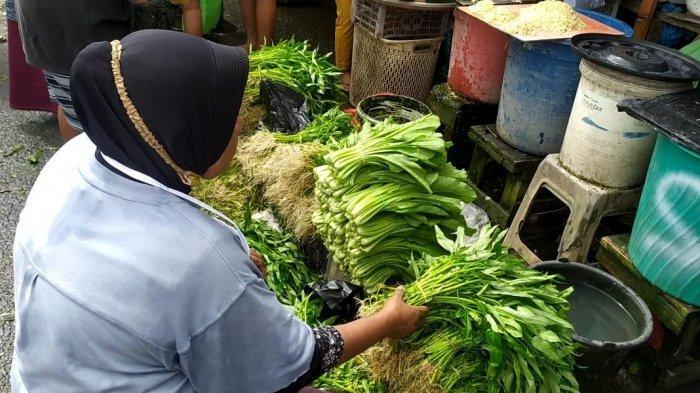 Harga Sayuran di Pasar Mardika Melonjak Tinggi Akibat Cuaca Buruk
