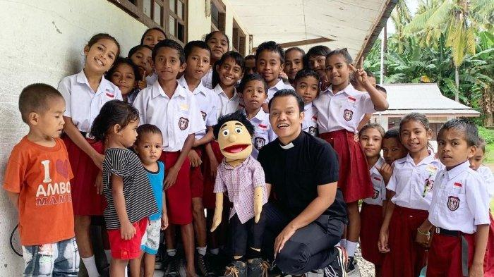 Pendeta Eklin Amtor de Fretes bersama siswa SD Kristen Bebar Timur