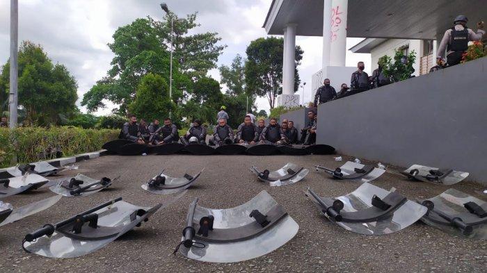 Untuk pengamanan aksi, Kapolresta Pulau Ambon dan Pulau-Pulau Lease, Kombes Pol Leo Nugraha Simatupang mengungkapkan, sebanyak 400 personil TNI-Polri yang dikerahkan.