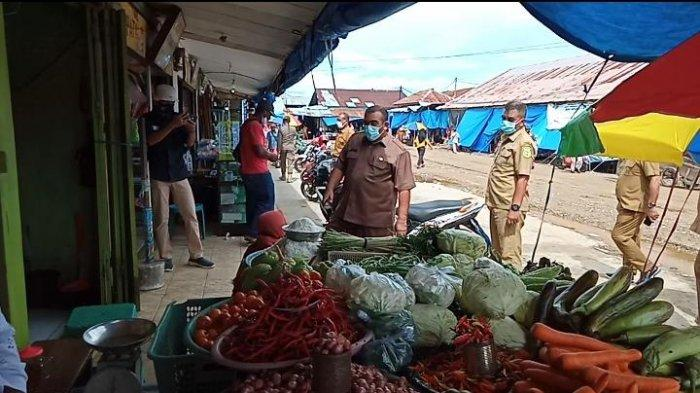 Tinjau Pasar Namlea, Sekda Buru Sebut 90% Warga Taat Prokes