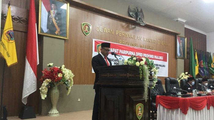 Sekda Maluku membacakan sambutan Gubernur Maluku Murad Ismail, di Ruang Rapat Paripurna DPRD Maluku, Rabu (31/3/2021) semalam.