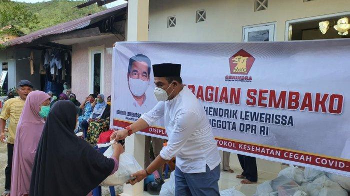 Anggota Komisi VI DPR RI, Bagi 1.500 Paket Sembako Ramadhan untuk Warga Kota Ambon