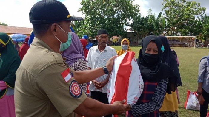 500 Paket Sembako Pemberian Jokowi ke Masyarakat Namlea Mulai Didistribusikan