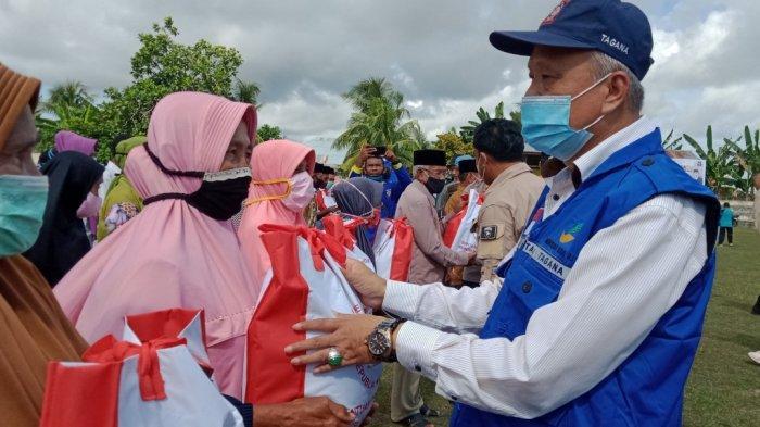 Pemerintah Namlea melalui Dinas Sosial Kabupaten Buru mulai mendistribusikan 500 paket bantuan sosial yang diberikan Presiden Republik Indonesia, Joko Widodo, Rabu (27/3/2021).