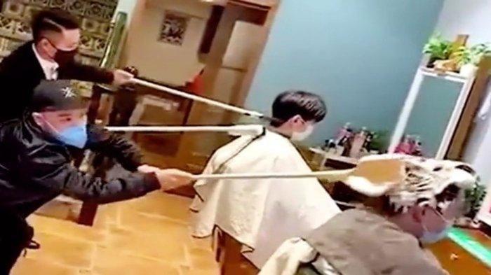 Antisipasi Penularan Virus Corona, Tukang Cukur di China Gunakan Tongkat untuk Bantuan