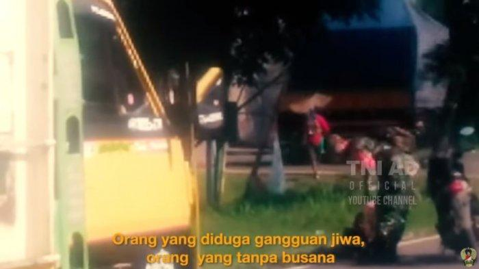 Viral Video Babinsa TNI Bujuk Pria Gangguan Jiwa dengan Rokok, Tidur di Jalan Sebabkan Kemacetan