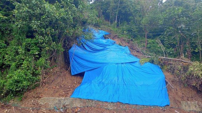 Sisa material longsor  di Jl. Dr. J. Leimena, Teluk Ambon, Kota Ambon, hanya ditutupi terpal biru.
