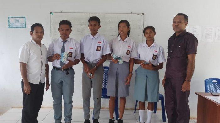 Berprestasi, 4 Siswa SMA N 10 MBD Terima Beasiswa dari Desa
