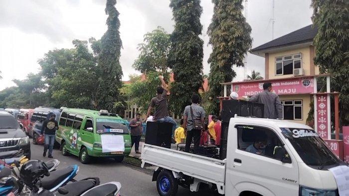 Sopir Angkot Demo di Kantor Dinas Perhubungan Maluku Tengah, Protes Kebijakan Trayek