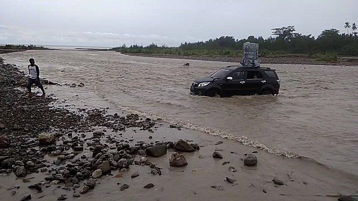 Warga Khawatir Lewati Derasnya Sungai, Kendaraan Terperosok hingga Hanyut di Jalan Lintas Seram