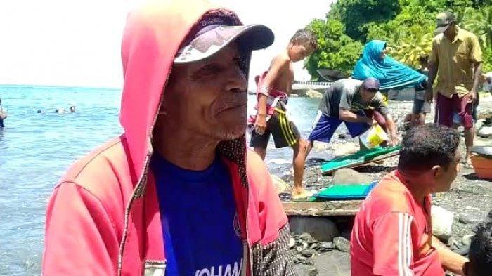 Syarifudin Risahondua (55), orang yang pertama kali menemukan emas di bibir pantai Tamilow, Maluku Tengah (TribunAmbon.com/ Lukman Mukadar)