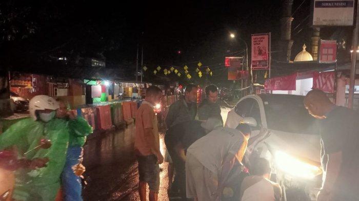 Terpesona Bangunan Masjid, Minibus Tabrak Pembatas Jalan di Bundaran Poka
