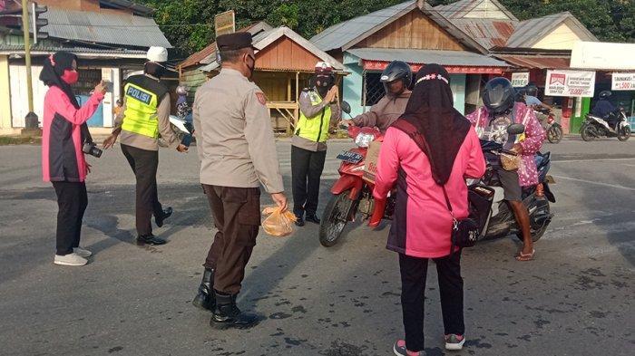 Polres Pulau Buru Bagi-Bagi Paket Takjil untuk Masyarakat
