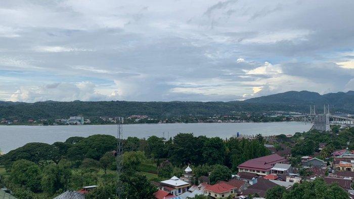 LANDSCAPE TAMAN - Taman Makam Pahlawan Commonwealth di Tantui, Ambon dengan latar belakang Teluk Ambon dan Jembatan Merah Putih, Sabtu (9/1/2021).