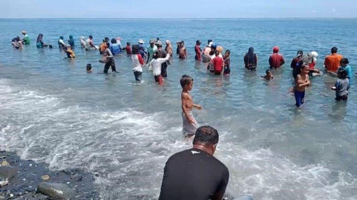 Warga desa Tamillow, Kecamatan Amahai, Kabupaten Maluku Tengah mendulang emas di Bibir pantai, Senin (22/3/2021)